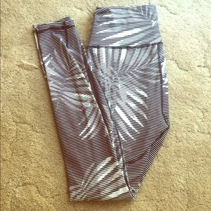 Palm leaf black and white active leggings